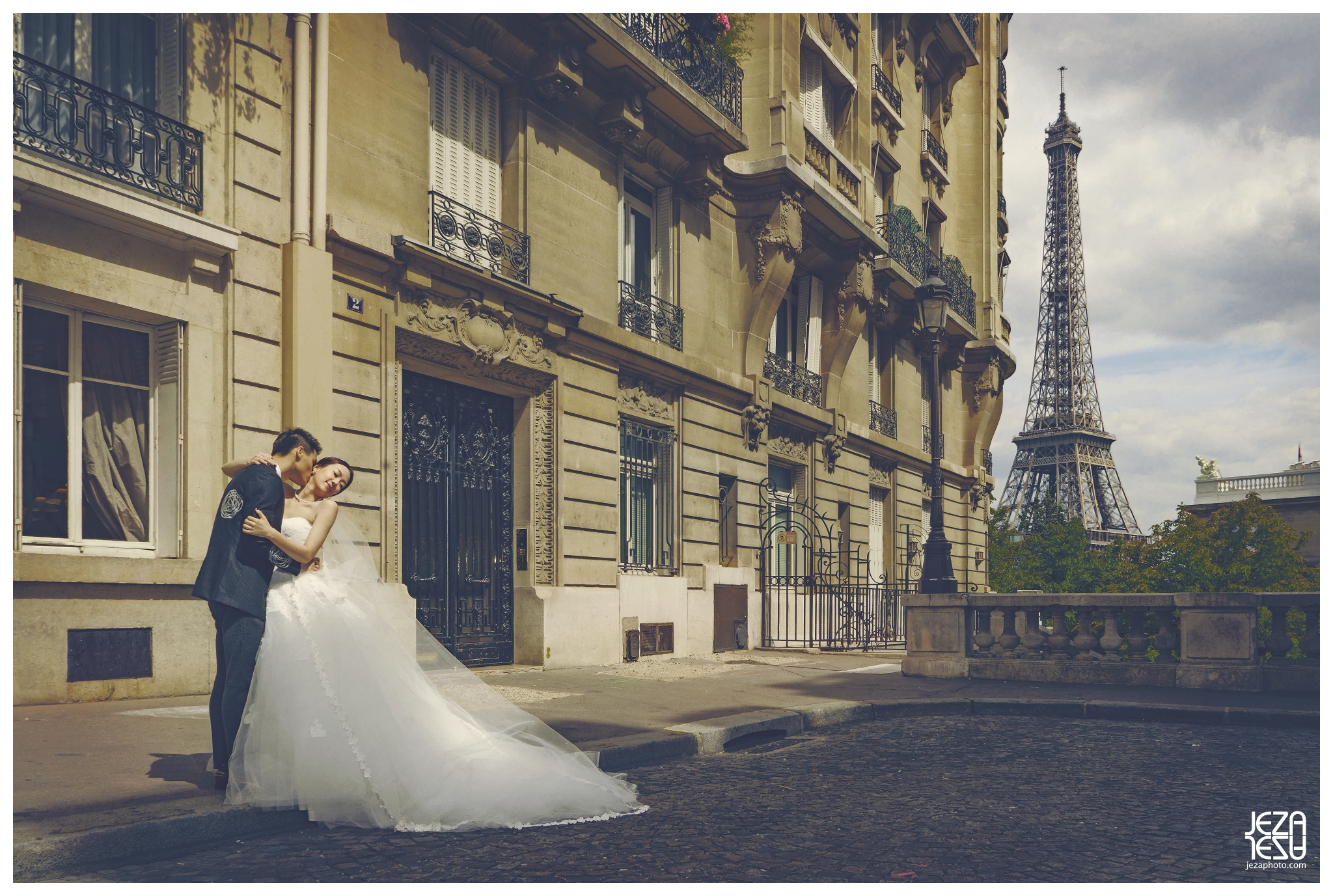 paris Pont Alexandre III The Eiffel Tower Musée du Louvre pre wedding engagement photo session by jeza photography zabrina deng and jeremy chan